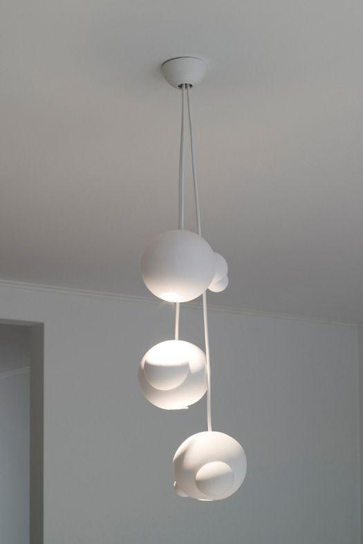 Handgemaakte lampen van fou de feu. De hanglampen zijn van ongeglazuurd wit porselein uit de serie life is a bubble en ze zijn geïnspireerd op zeepbellen
