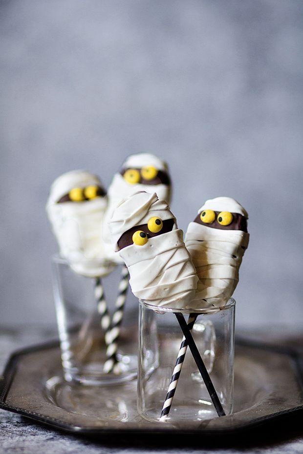 Fluffer Nutter Mummy Cookie Pops from @bakersroyale