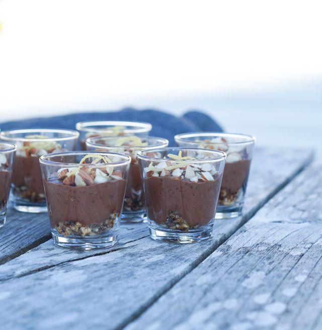 Små chokolademousse desserter - lavet uden mælkeprodukter og er vegansk. Lavet af hasselnøddemælk, mørk chokolade, chiafrø og en nøddebund.