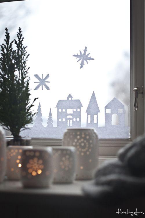 Jag har klippt ut en liten julstad som jag tejpat upp på barnens fönster. Barnen är i full gång att klippa snöflingor så jag antar a...