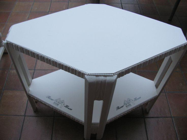 Bijzettafel in ruitvorm, geschilderd van houtkleur naar gebroken wit. Te koop aangeboden.