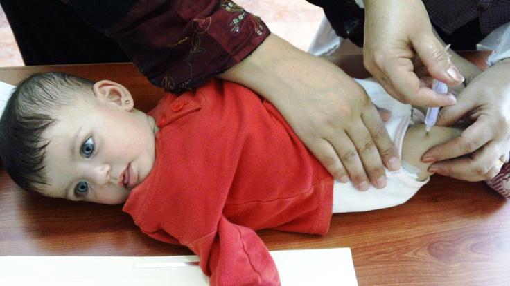 #Siria, una delle prime bambine ad essere vaccinate nella clinica mobile realizzata dall'UNICEF nel campo profughi di Za'atari, in Giordania. L'UNICEF sta realizzando una campagna di vaccinazione per raggiungere tutti i bambini. www.unicef.it/siria