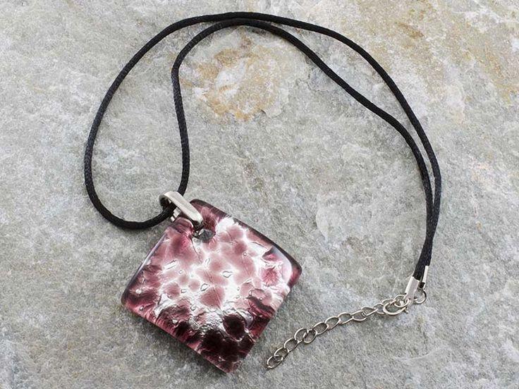Collana pendente in vetro di Murano con piastra a rombo bombata con sfumature di vinaccia. Il cordino è in alcantara di colore nero