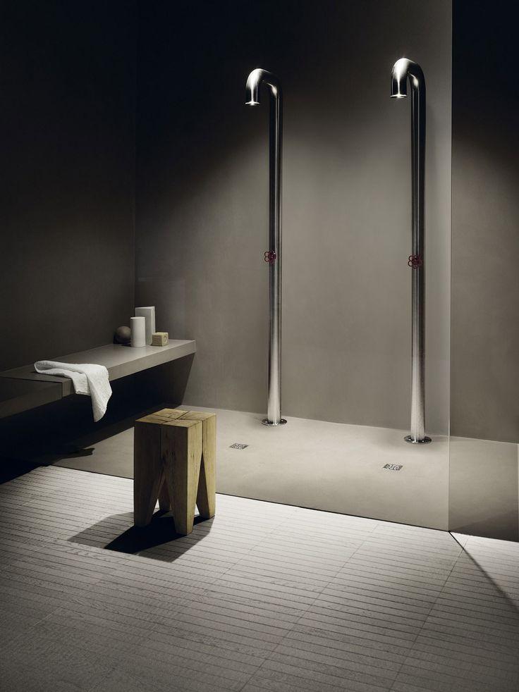 Kerakoll Design House : Set Design 1 - Douche réalisée en résine ciment aspect béton, sol de salle de bain en parquet