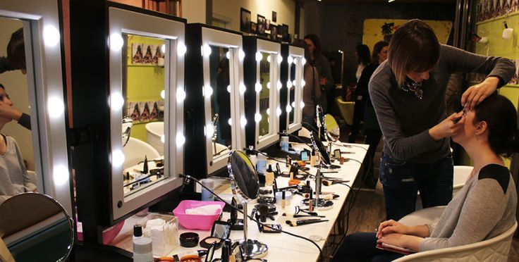 LTV double-side, illuminated make-up mirror for make-up course rooms and academies.