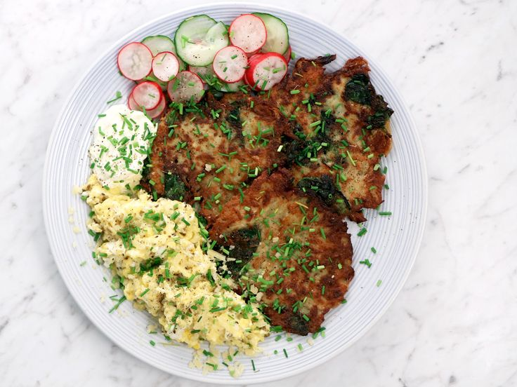 Raggmunkar serverade med äggröra och picklade grönsaker | Recept från Köket.se