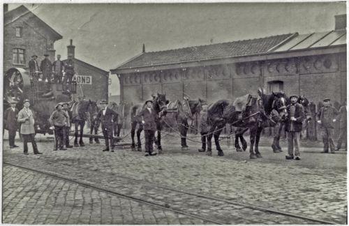 De tweede foto toont de transportactiviteiten. Op een door zes paarden getrokken kar werd in 1917 een machine vervoerd vanaf het station naar de Vlisco. Derde van links staat Jan van Bussel. Zijn in 1894 geboren zoon Johannes. Klik op de foto voor het hele verhaal!