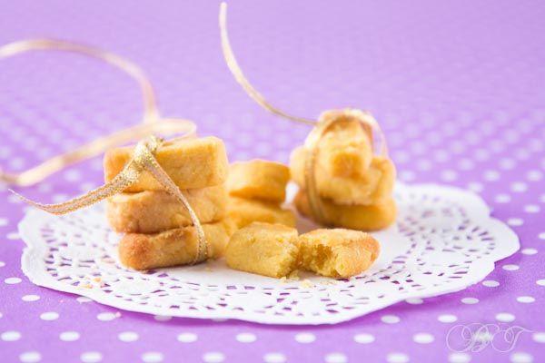 детское песочное печенье: 100гр муки рисовой 50гр масла сливочного 20гр яблочного пюре 2 желтка перепелиных