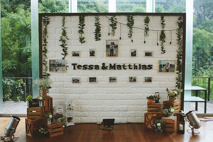 This rustic and relaxed affair, captured by Fire Wood and Earth and planned by Bozza Event Organiser, perfectly combined the green surroundings of Padma Hotel Bandung with wood crates, barrels, lush leaves, and garlands.