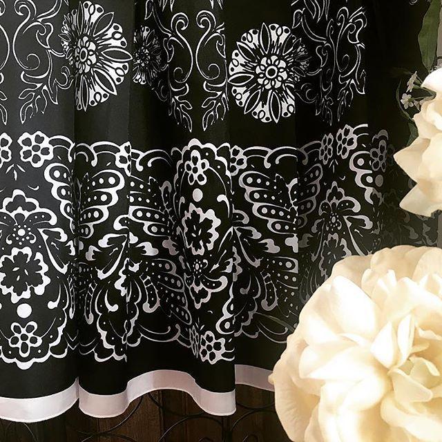 Verano o invierno ... esta falda #blackandwhite se adaptará perfectamente tanto a un look frío como a un look de verano 👌🏼 . https://mistesorosentuarmar.wixsite.com/mistesoros/product-page/falda-cortefiel-black-white . Link in bio👆🏼 . Contacta para reservas/compras ✍🏻️en mistesorosentuarmario@gmail.com #mistesorosentuarmario #showroom #ventadesegundamano #renuevatucloset #renuevatuarmario #falda #faldamidi