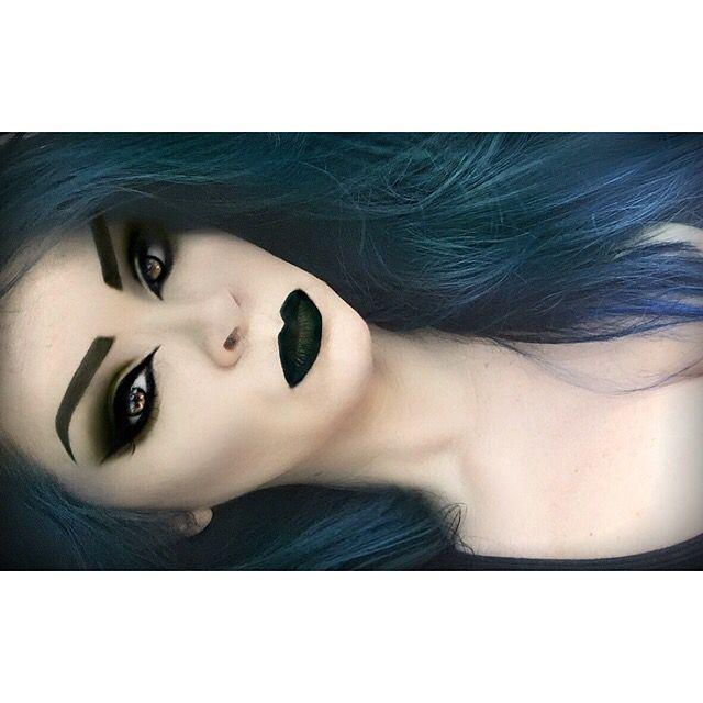 Gekleurd los haar-zwarte lippenstift,zwarte eyeliner,zwarte mascara&oogschaduw