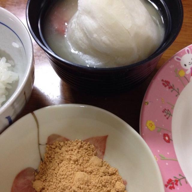 主人の実家の、お雑煮。 奈良では白味噌仕立てのお雑煮にきな粉をつけて食べます⁉️ - 14件のもぐもぐ - お雑煮 奈良 by macco7