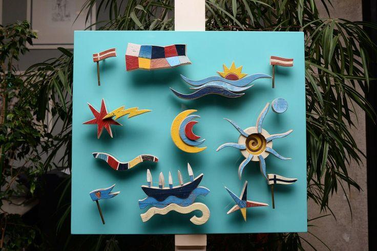 Pezzi di legno staccati dai barconi: così i viaggi dei migranti diventano opere d'arte