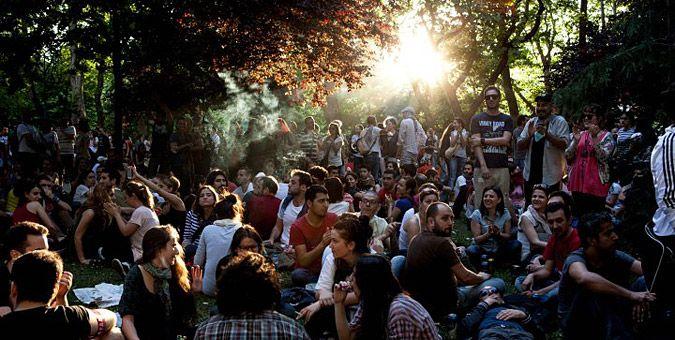 """Συγκλονιστικές εικόνες από τα επεισόδια στην Τουρκία: Η διαδήλωση ξεκίνησε ειρηνικά στην Κωνσταντινούπολη με καθιστική διαμαρτυρία για την """"διάσωση"""" του πάρκου Gezi κοντά στην πλατεία Ταξίμ"""