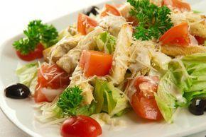 Салат «Цезарь» с курицей был назван в честь не римского полководца, как многие могут подумать, а в честь Цезаря Кардини — известного ресторатора, который и придумал рецепт этого чудо салата. Неожиданно нагрянувшие гости заставили ресторатора создать блюдо из подручных ингредиентов: яиц, сыра, листьев салата, хлеба и соуса. Спустя время, в салат стали добавлять помидоры, анчоусы …