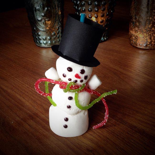 Kleine Schneemänner aus Marshmallow für die Weihnachtsparty. Du brauchst: • 1 Packung große Marshmallows • 1 Packung kleine Marshmallows • Schwarze Lebensmittelfarbe/Zuckerschrift (Schokolade geht auch, wenn man sie erhizt und flüssig aufträgt) • RoteLebensmittelfarbe/Zuckerschrift • 1 saure Gummischlangen rot (Haribo Spaghetti) • 1 saure Gummischlangen grün (Haribo Spaghetti) • Schaschlikspieße oder Cake Pops-Lollistiele • Schwarzes Papier für den Hut • Puderzucker Puderzucker dick als…