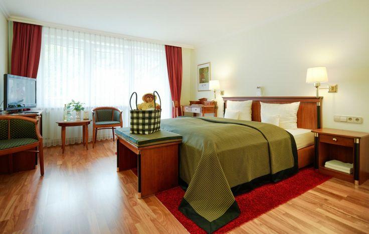 """Neben den üblichen Annehmlichkeiten, die das Wellnesshotel Keßler-Meyer seinen Gästen verspricht, bestechen die Zimmer """"Auslese"""" durch einen Balkon und direkten Moselblick. Weitere Informationen auf der Website oder im Hotel selbst. Wir freuen uns auf Ihren Besuch.  #hotel #hotelroom #hotelzimmer #wellness #romantik #kesslermeyer #mosel #cochem #hotelsuite #urlaub #holidays #vacation"""