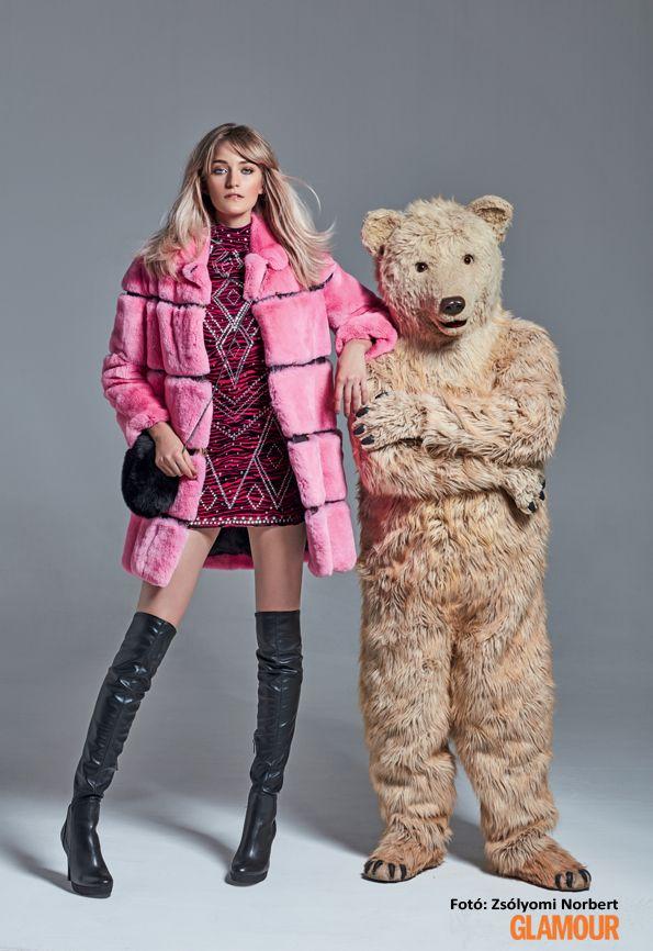 Rózsaszín és szőrmés kabát combcsizmával és egy csillogó ruhával: igazi téli partisikk Pink and furry coat with long boots and a glamourous dress: real party chic for winter.