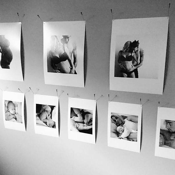 Kolla in det här helgrymma arrangemanget med vernissage-kort hemma hos @joohanaw som blir Printa Pic of the week 😍♥️🙌 〰 Hör av dig till kundservice@printasquare.com Johanna så skakar vi fram ett presentkort åt dig 🛍 〰 Tagga era bilder med #Printasquare för chans till feature - veckans bild belönas med 100 kr att shoppa Printa-produkter för. 〰 #inredning #framkalla #bilder #inredmedfoto #kort #kreativt #inspo #picoftheday #vernissage #bw #familj