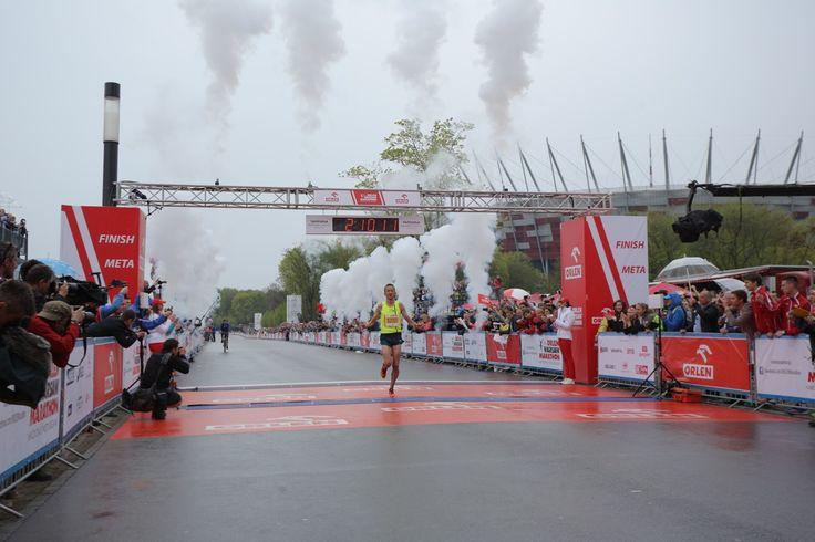 Henryk Sztos wbiega na metę ORLEN Warsaw Marathon.