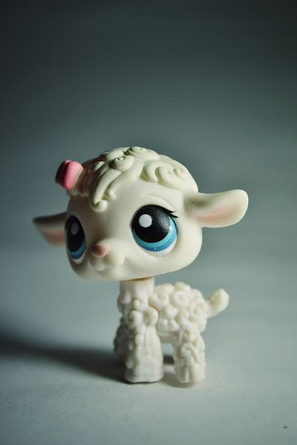 Littlest Pet Shop Lamb   happycheerfulthings  I have to start taking more photos of my LPS like this!:)