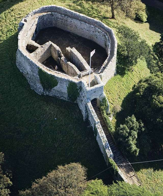 UK, Isle of Wight, Carisbrooke Castle - The Norman keep and motte
