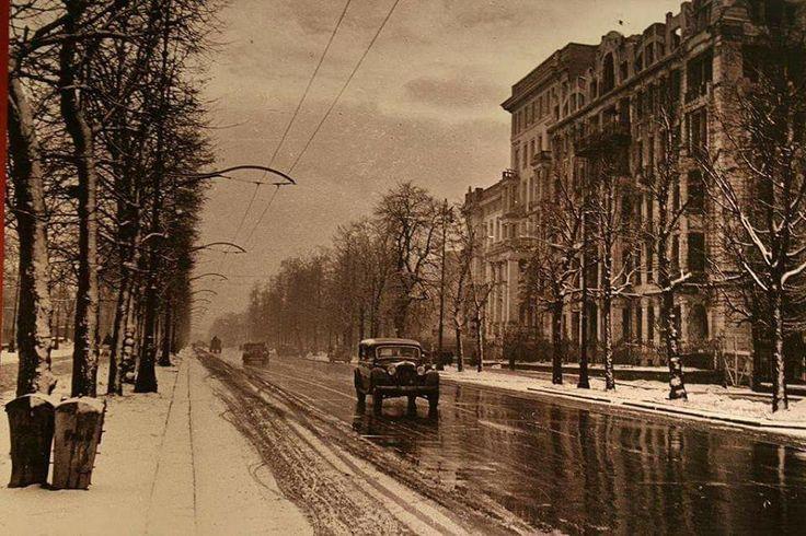 Aleje Ujazdowskie, 1946 rok.     Po prawej stronie zdjęcia widoczne wypalone mury kamienicy Maurycego Spokornego. Budynek w czasie wojny został wypalony, jednak jego mury pozostały prawie nie naruszone. Ruiny rozebrano w 1947 roku, a na jej miejscu powstał gmach przeznaczony na potrzeby PZPR.