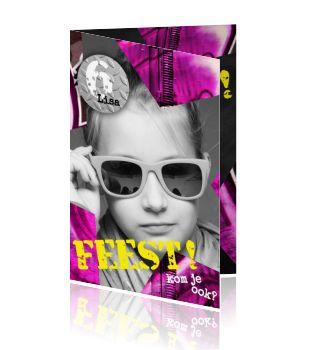 Coole kinderverjaardag uitnodiging voor een meisje met eigen foto en stoere paas roze graffiti tinten in een ster vorm. Stoere meiden kaart van Luckz.  Laat jullie dochter deze coole kaart maken om al haar vriendinnetjes uit te nodigen voor een super feestje. Hippe paars roze graffiti achtergrond.