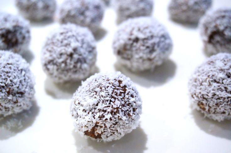 Igår gjorde jag de enklaste och godaste chokladbollarna jag någonsin testat och dessutom är de supernyttiga. Måste faktiskt säga att de här är de som smakat mest likt vanliga chokladbollar av de jag testat. De är glutenfria, mjölkfria och sockerfria och dessutom superenkla att göra. Hur