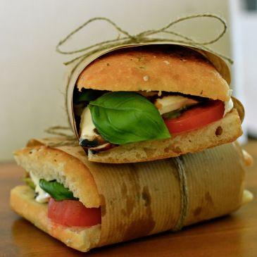 Disse er med tomat, mozzarella, avokado, kremet balsamico og basilikum
