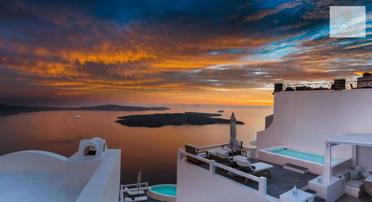 It is one of those moments where words are not enough…Santorini magic!!! More at aquasuites.gr