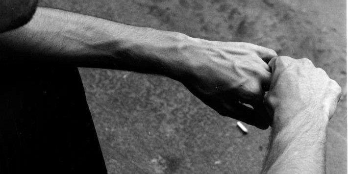 """""""Ogni viaggio ricomincia dalla dispersione spirituale"""" si legge tra le pagine del libro di poesie """"Sulla soglia boschiva"""" che verrà presentato mercoledì 6 luglio alle 18.30 alla Biblioteca di San Matteo degli Armeni a Perugia."""