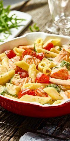 Was für ne leckere Kombi! Penne mit Lachs und viel frischem Gemüse, abgerundet mit einer sämigen Sauce.