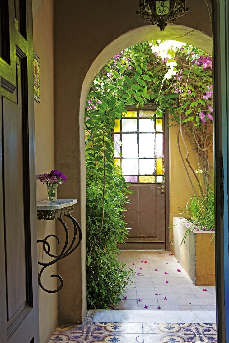 Hall de entrada romántico en una casa reciclada del Bajo San Isidro.