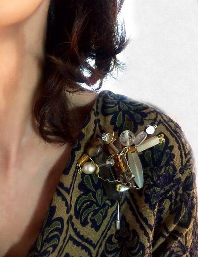 """""""Carmela"""", otro nuevo diseño para mí Serie de broches con nombre de mujer. Como veis, otra pieza única e irrepetible, nada convencional, muy original Hasta ahora, son dos las líneas que trabajo en mi gama de broches; en una simplemente intento crear piezas femeninas y favorecedoras, pero sin dejar de ser fiel a mi estilo. En la otra, mi interés está más en la plasticidad: mezclas de materiales de diversa naturaleza, texturas, formas… """"Carmela"""" pertenece a la segunda. Espero que os guste."""