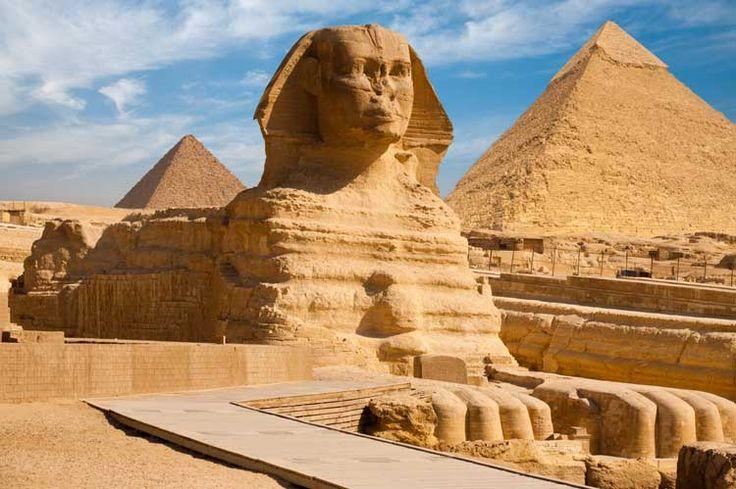 La Sfinge (creatura dalla testa umana e corpo leonino)-Chèfren; IV dinastia; 2520-2494 a. C.; Pietra calcarea, lungh. totale m 57; alt. totale m 20; alt. del volto m 5. Necròpoli di Ghiza, Egitto.