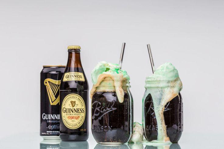 Per prima cosa prepara il frullato. Ci vogliono: 2 o 3 tazze di gelato alla vaniglia, 1 tazza di latte scremato, 1/4 cucchiaino di estratto di menta e da 4 a 6 gocce di colorante alimentare verde. Unisci tutto e fai in modo che gli ingredienti si amalgamino bene. Lascia il tuo frullato in frigo per 30 minuti perché si indurisca. Poi tiralo fuori e mettine 2 o 3 cucchiai nel tuo bicchiere di birra Guinness.