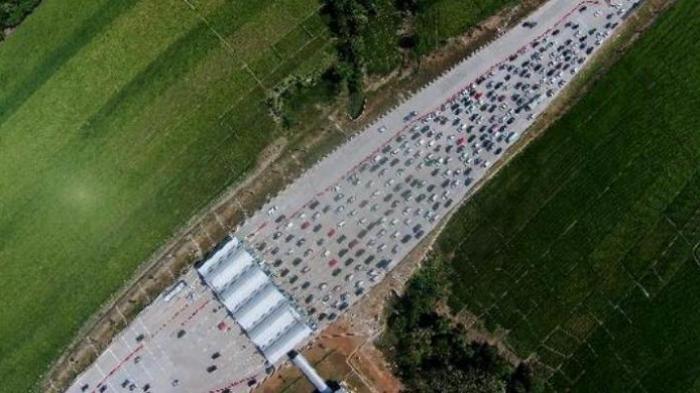 Kendaraan Menumpuk Tujuh Jam di Tol Brebes Timur