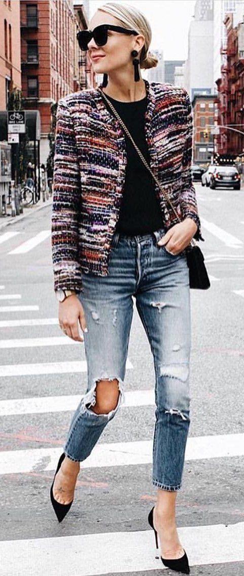 #fall #outfits chaqueta multicolora negra de las mujeres, parte superior negra, pantalones vaqueros apenados descolorados y equipo negro de los talones del dedo del pie acentuado