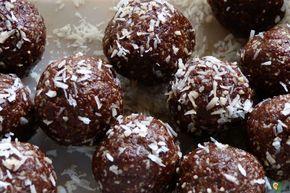 Dieser Snack ist eine Bombe aus Nährstoffen. Die Kokos Kakao Energiekugeln sind zuckerfrei, super lecker und unglaublich gesund zugleich: wahre Energy Balls