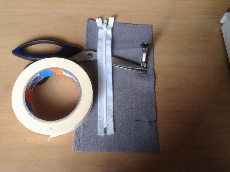 Altijd een precies maar soms ook een lastig klusje, een rits inzetten. Maar met deze tip een stuk makkelijker. (Voor de betere zichtbaarheid heb ik contrasterende kleuren gebruikt). Je hebt geen spelden nodig en je hoeft niet te rijgen. Het enige wat je nodig hebt is je BERNINA naaimachine met het ritsvoetje, een rits en schilderstape. https://www.youtube.com/watch?v=TIySC_ICNL8