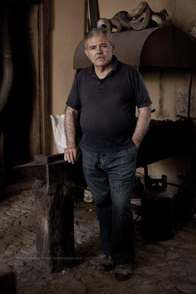 Boiteddu Fogaritzu, a Knife Artisan Master in Sardinia, his laboratory in Pattada sell all around the world