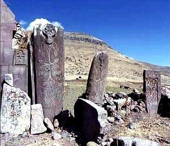 Legate de legendele despre serpi si reptile uriase, exista niste artefacte deosebite: pietrele Vishap din Armenia. Acestea reprezinta una dintre cele mai interesante taine ale arheologiei armene. Astazi, aproape toate pietrele Vishap sunt devastate. Datarea exacta a acestor megaliti prezinta anumite dificultati. În imediata apropiere a acestor artefacte vechi enigmatice nu exista resturi de asezari…