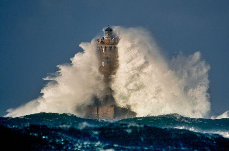 Un phare en pleine mer lors d'une tempête en Finistère | Finistère Bretagne