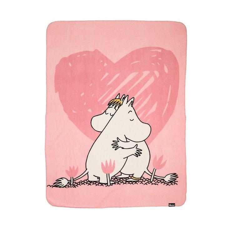 Cozy pink Moomin fleece blanket Moomintroll and Snorkmaiden, perfect for naptime! 130x170cmKotoisa vaaleanpunainen Muumi-fleece peitto, jossa nähdään Muumipeikko sekä Niiskuneiti, täydellinen päiväunille! 130x170cmMysigt rosa Mumin-fleece täcke med Mumintrollet och Snorkfröken, perfekt för en tupplur! 130x170cm