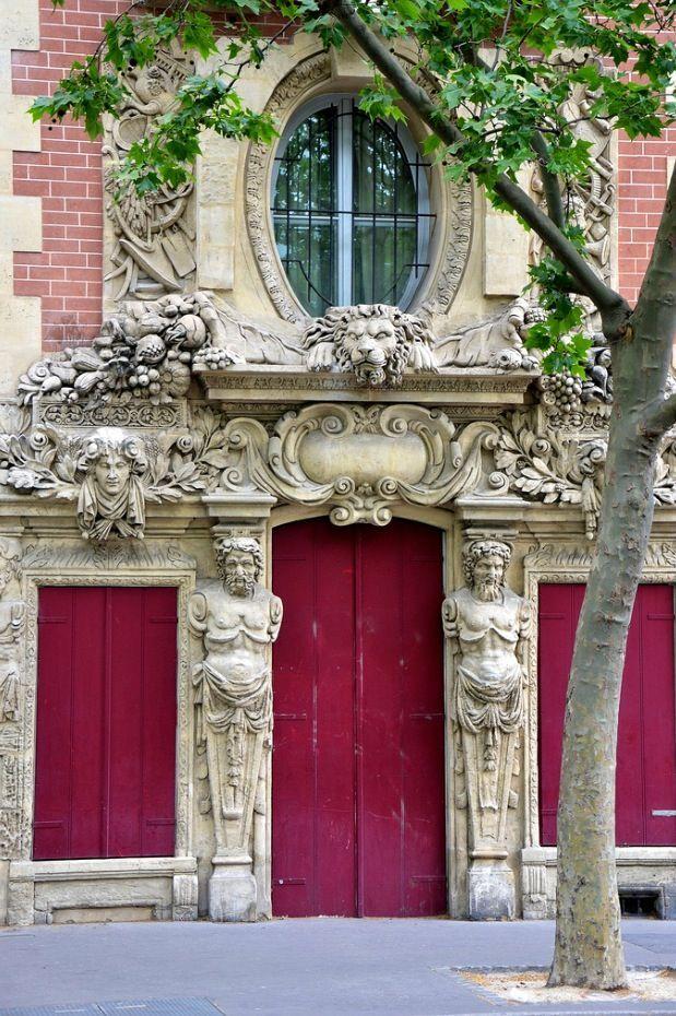 Rebuscados detalhes de antiga arquitetura em Paris, França.