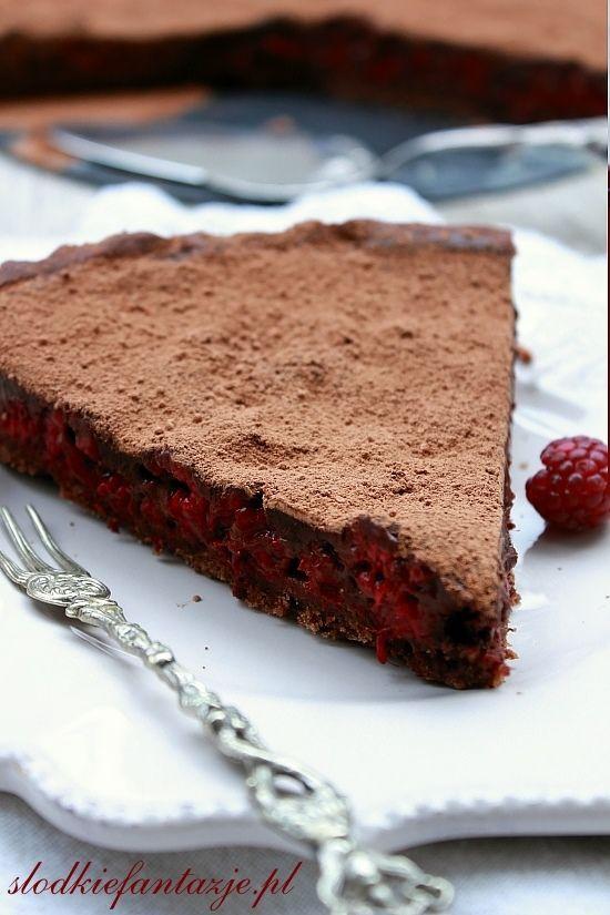 Obłędna w smaku tarta - kruche rozpływajace sie w ustach kakowe ciasto, masa czekoladowa i maliny. Prosto i pysznie.