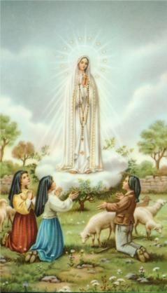 Primeira aparição de Nossa Senhora de Fátima aos pastorinhos Lúcia, Francisco e Jacinta. Maio não é só o mês das noivas como é popularmente chamado, mas também o mês de Maria, mês das mães. Isso porque no segundo Domingo de Maio comemoramos o dia das Mães e no dia 13 de maio celebramos o dia de Nossa Senhora de Fátima. Em maio de 1917 o Papa Bento XV, em meio a Primeira Guerra Mundial, convocou todos os católicos para se unirem em oração e pedirem a Nossa Senhora que intercedesse na guerra e…