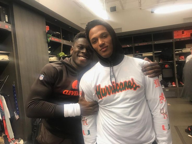 Former Notre Dame Quarterback DeShone Kizer paying off his bet with former Miami Hurricane David Njoku. #repre23nt #miami #notredame #hurricanes #fightingirish #whoyourep