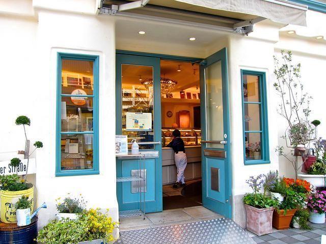 浜松には美味しいケーキ屋さんがたくさんあります。しかも販売のみではなく、素敵なカフェを併設した店舗もあるので、旅先でも優雅なティータイムタイムを過ごすことができるのも嬉しいところですね。今回の記事で取り上げた7軒は、その中でも多くの市民から愛されているお店ばかりです。...